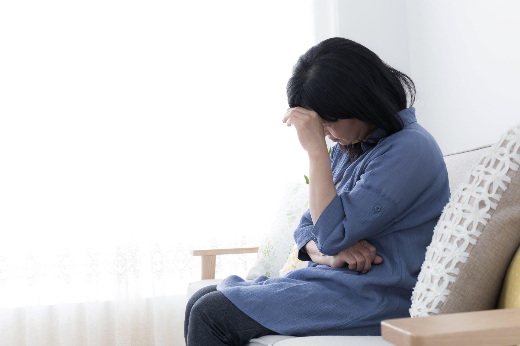 体調が悪く座る女性