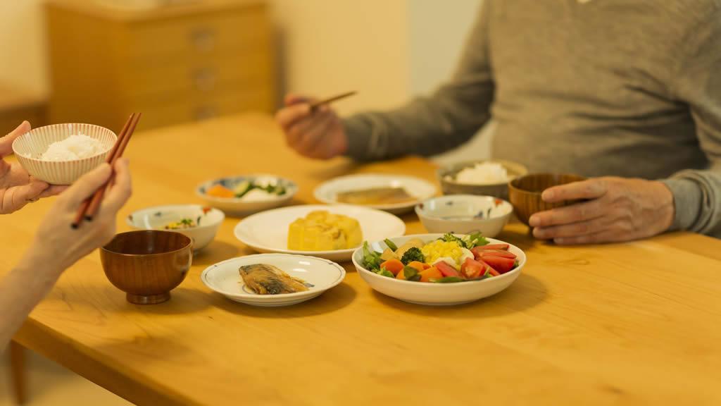 食事をする老夫婦